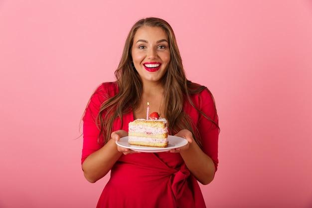 Obraz Podekscytowany Głodnej Młodej Kobiety Na Białym Tle Nad Różową ścianą Trzyma Tort. Premium Zdjęcia