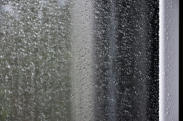 Obraz tła deszczu spada na szklane okno. fotografia makro z płytkiej głębi ostrości Premium Zdjęcia