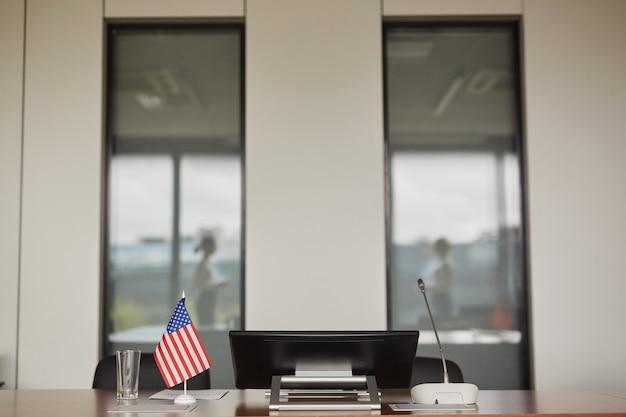 Obraz W Tle Amerykańskiej Flagi Na Stole W Pustej Sali Konferencyjnej Podczas Międzynarodowego Lub Politycznego Wydarzenia Biznesowego, Premium Zdjęcia
