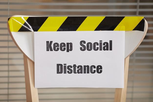 Obraz W Tle Krzesła Do Oczekiwania W Kolejce W Biurze Ze Znakiem Keep Social Distance, Kopia Przestrzeń Premium Zdjęcia