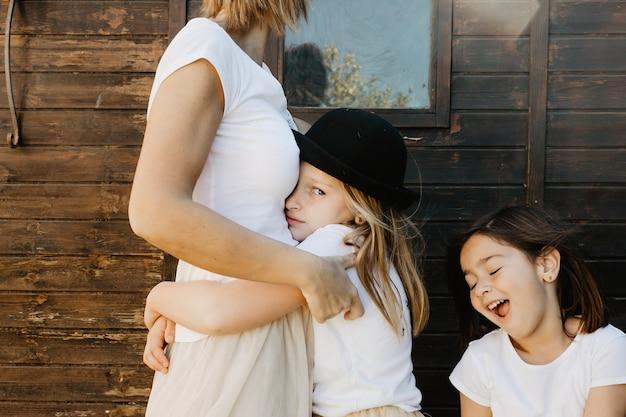 Obrażona Dziewczyna Przytulanie Matki Darmowe Zdjęcia