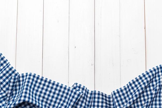 Obrus w kratkę na drewnianym stole Premium Zdjęcia