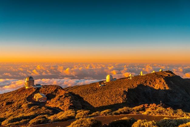 Obserwatoria Roque De Los Muchachos Na Caldera De Taburiente W Pięknym Pomarańczowym Zachodzie Słońca, La Palma, Wyspy Kanaryjskie. Hiszpania Premium Zdjęcia