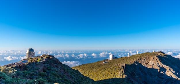 Obserwatoria Roque De Los Muchachos W Caldera De Taburiente Z Morzem Orzechów Poniżej Jednego Letniego Popołudnia, La Palma, Wyspy Kanaryjskie. Hiszpania Premium Zdjęcia