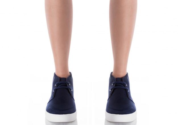 Obsługuje być ubranym błękitną mody obuwia pozycję z frontowym widokiem odizolowywającym na bielu Premium Zdjęcia