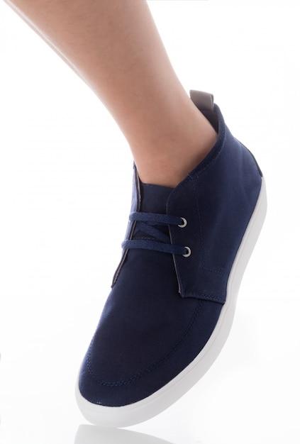 Obsługuje być ubranym błękitną mody obuwia pozycję z strona profilu widokiem odizolowywającym na bielu Premium Zdjęcia