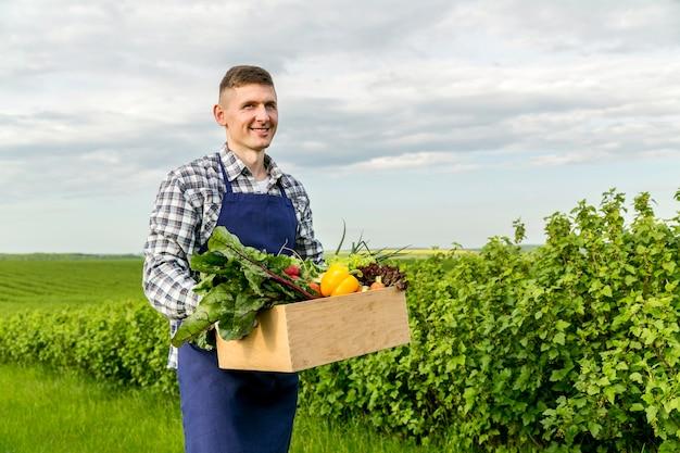Obsługuje Mienie Kosz Z Warzywami Przy Gospodarstwem Rolnym Premium Zdjęcia