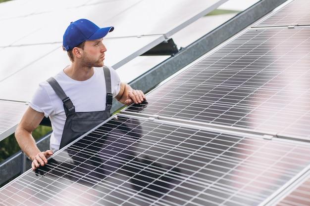 Obsługuje Pracownika W Firld Przez Panele Słoneczne Darmowe Zdjęcia