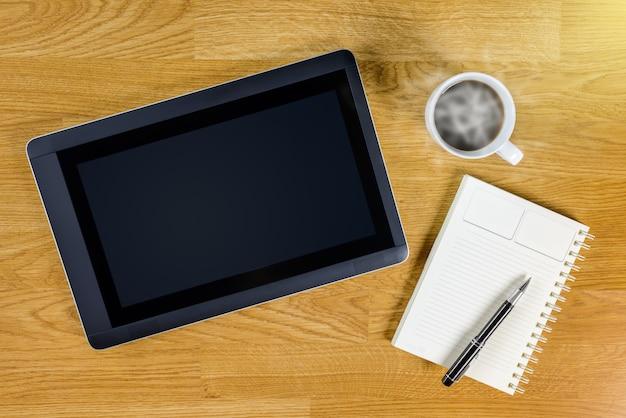 Obsługuje Pracującego Miejsce Przy Drewnianym Desktop Z Kawą Premium Zdjęcia