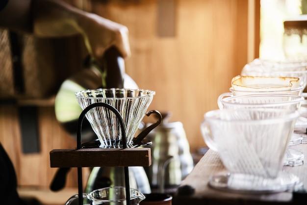 Obsługuje robić kapinos świeżej kawie w rocznika sklep z kawą Darmowe Zdjęcia