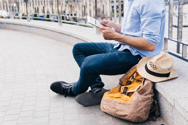 Obsługuje siedzieć blisko poręcza i używać cyfrową pastylkę przy outdoors Darmowe Zdjęcia