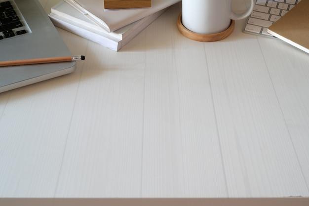 Obszar roboczy biurka z widokiem z góry Premium Zdjęcia