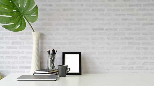 Obszar roboczy na poddaszu z makietą plakatu i miejsca na kopię Premium Zdjęcia