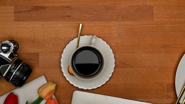 Obszar Roboczy Widok Z Góry Z Tabletem, Klawiaturą, Filiżanką Kawy I Kwiatkiem Premium Zdjęcia