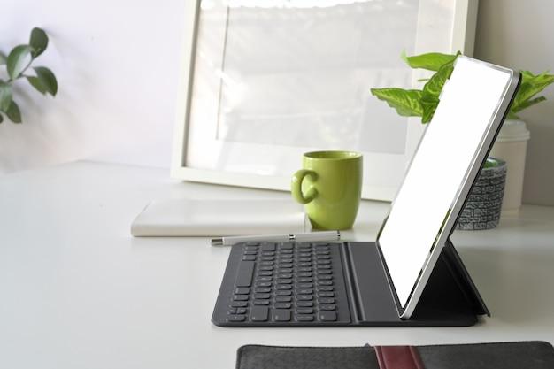 Obszar roboczy z makieta pusty ekran tabletu Premium Zdjęcia