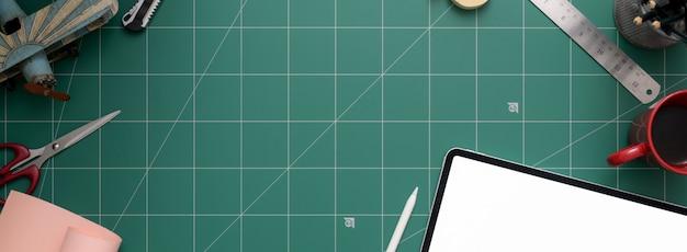 Obszar Roboczy Z Tabletem, Nożyczkami, Materiałami Eksploatacyjnymi I Miejsca Do Kopiowania Na Macie Do Cięcia Premium Zdjęcia