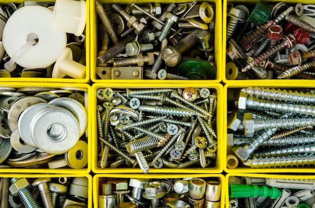 Obudowa z małymi przedmiotami budowlanymi. pojedyncze skrzynka narzędziowa. ustaw metalową naprawę w pudełku. Premium Zdjęcia