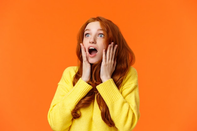 Och, Nic Nie Spada Z Nieba. Zszokowana I Niemowa, Zaskoczona Młoda Zaniepokojona Ruda Kobieta Premium Zdjęcia