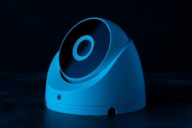 Ochrona Aparatu Na Ciemnej ścianie W Niebieskim świetle. Premium Zdjęcia