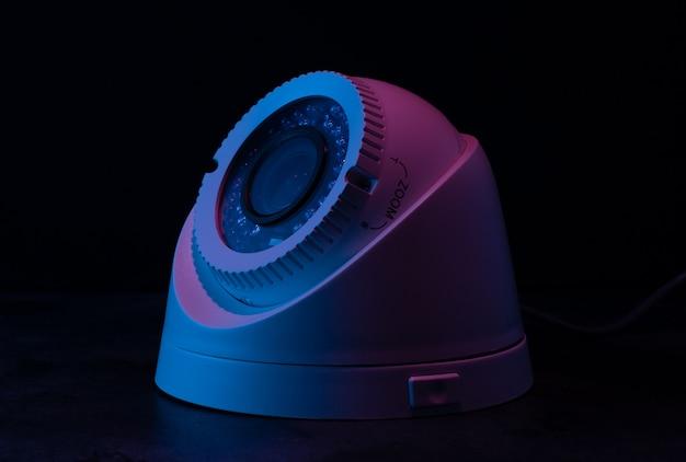 Ochrona Aparatu Na Ciemnej ścianie W Różowym I Niebieskim świetle. Premium Zdjęcia
