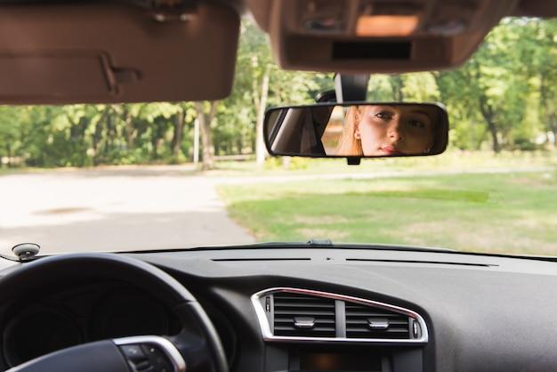 Oczy Kobiety W Lustrze Samochodu Premium Zdjęcia