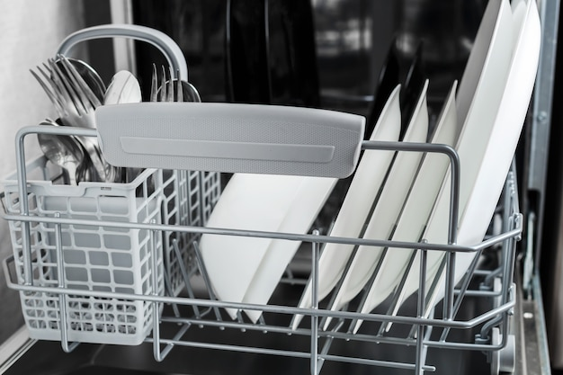 Oczyść płytki i inne naczynia po umyciu w zmywarce Premium Zdjęcia
