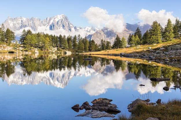 Odbicie Góry W Pięknym Jeziorze Darmowe Zdjęcia