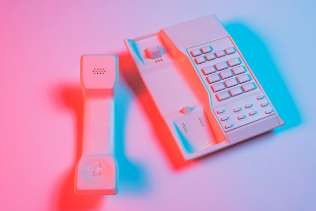 Odbiornik I Telefon Stacjonarny Na Różowym Tle Z Niebieskim Cieniem Darmowe Zdjęcia