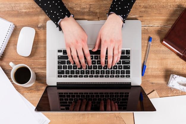 Odgórnego Widoku Biznesowa Kobieta Pracuje Na Jej Laptopie Darmowe Zdjęcia