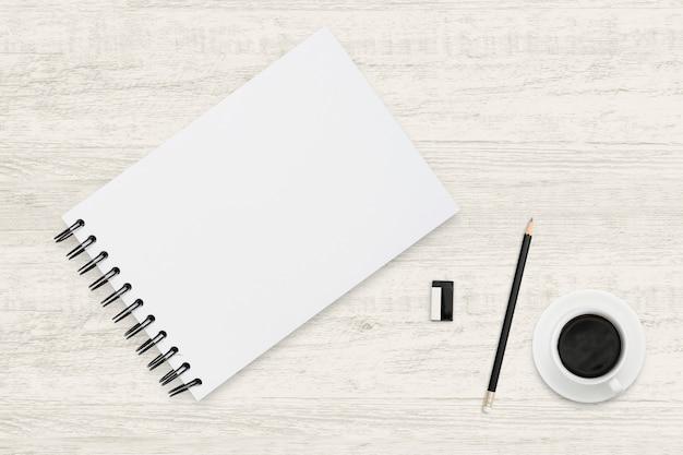 Odgórnego widoku biznesowy tło notatnik i filiżanka na drewnianej teksturze. Premium Zdjęcia