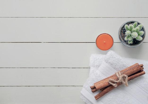 Odgórnego Widoku Czyści Ręczniki Na Białym Drewnianym Tle. Premium Zdjęcia