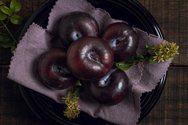 Odgórnego Widoku Dojrzała śliwkowa Owoc W Pucharze Darmowe Zdjęcia