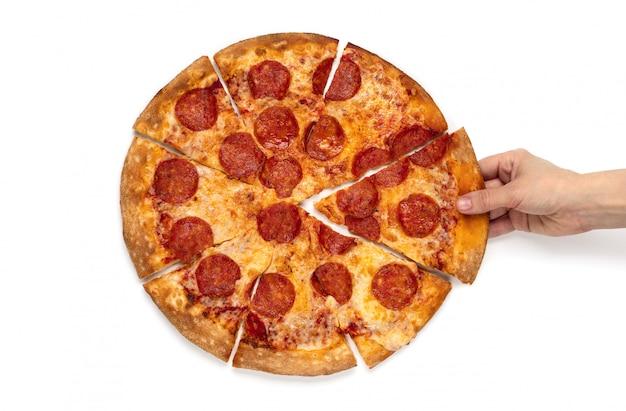 Odgórnego Widoku Kobiet Ręka Bierze Plasterek Pepperoni Pizza Na Białym Tle Odizolowywającym. Premium Zdjęcia