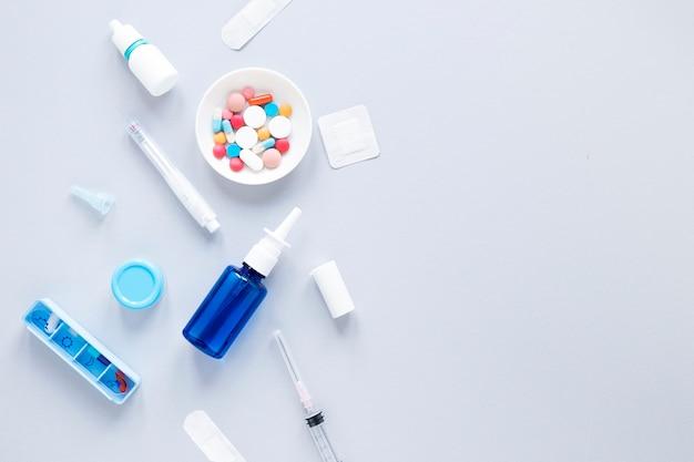 Odgórnego Widoku Kolorowa Medycyna Z Pillbox Na Stole Darmowe Zdjęcia