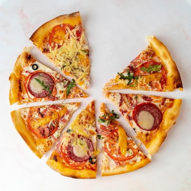 Odgórnego Widoku Pizzy Plasterki Z Białym Tłem Darmowe Zdjęcia