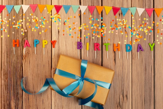 Odgórnego widoku prezent urodzinowy na drewnianym tle Darmowe Zdjęcia