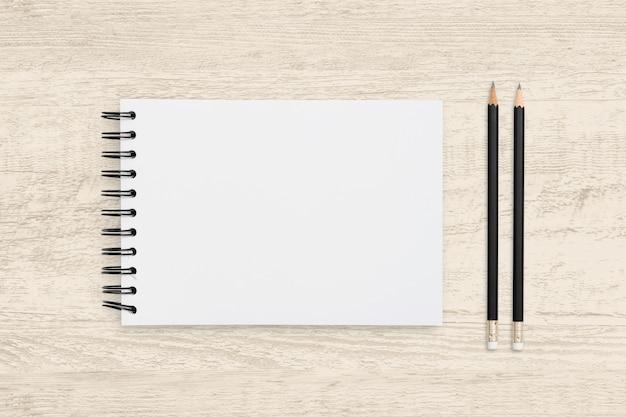 Odgórnego Widoku Przedmiot Pusty Notatnik I Ołówek Na Drewnianej Teksturze. Premium Zdjęcia