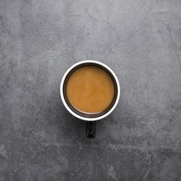 Odgórnego Widoku Przygotowania Z Filiżanką Kawy Na Sztukateryjnym Tle Darmowe Zdjęcia