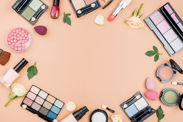 Odgórnego Widoku Różni Kosmetyki Z Kopii Przestrzenią Na Beżowym Tle Darmowe Zdjęcia