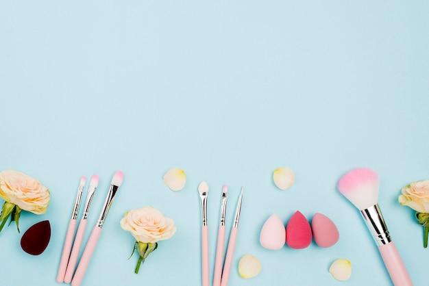 Odgórnego Widoku Różni Kosmetyki Z Kopii Przestrzenią Na Błękitnym Tle Darmowe Zdjęcia