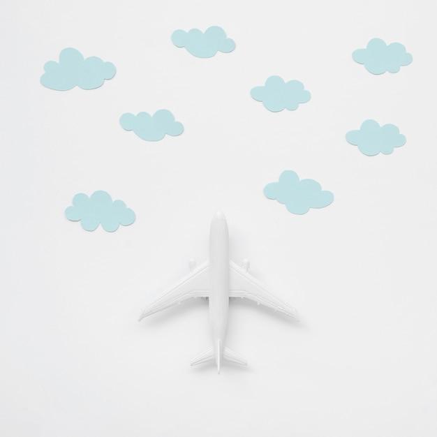 Odgórnego Widoku Samolotu Zabawka Z Chmurami Darmowe Zdjęcia