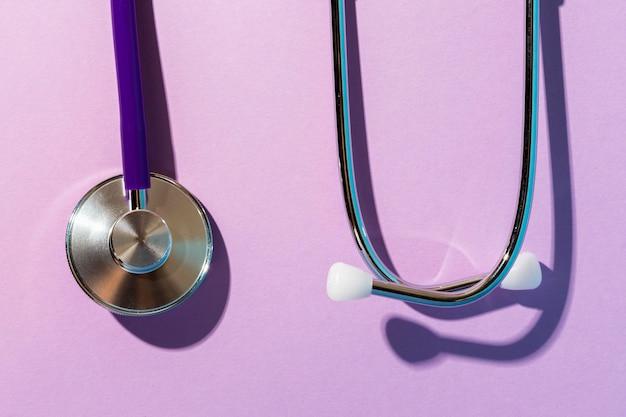 Odgórnego Widoku Stetoskop Na Purpurowym Tle Darmowe Zdjęcia