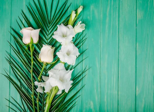 Odgórny Widok Białe Kolor Róże I Gladiolus Kwitnie Na Palmowym Liściu Na Zielonym Drewnianym Tle Z Kopii Przestrzenią Darmowe Zdjęcia