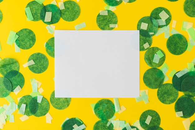 Odgórny Widok Confetti Rama Na żółtym Tle Z Kopii Przestrzenią Darmowe Zdjęcia