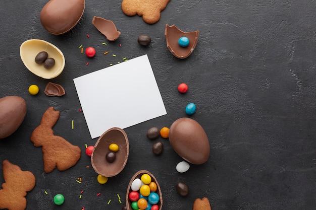 Odgórny Widok Czekoladowi Easter Jajka Z Kolorową Cukierku I Kopii Przestrzenią Darmowe Zdjęcia