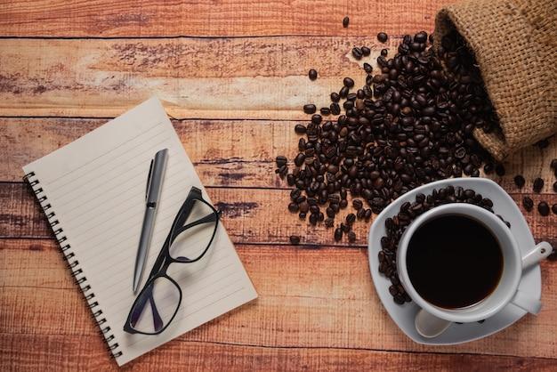 Odgórny widok filiżanka kawy na drewnianym stole Premium Zdjęcia