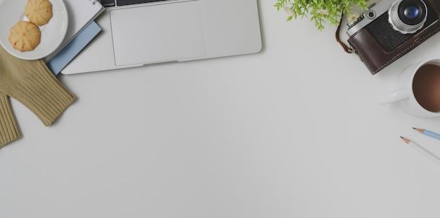 Odgórny widok fotografa wygodny workspace z biurowymi dostawami na bielu stołu tle Premium Zdjęcia