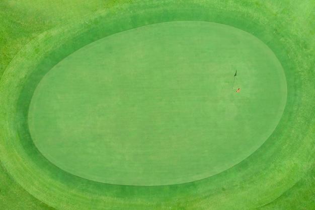 Odgórny widok golfowy słup na zieleni w polu golfowym Premium Zdjęcia