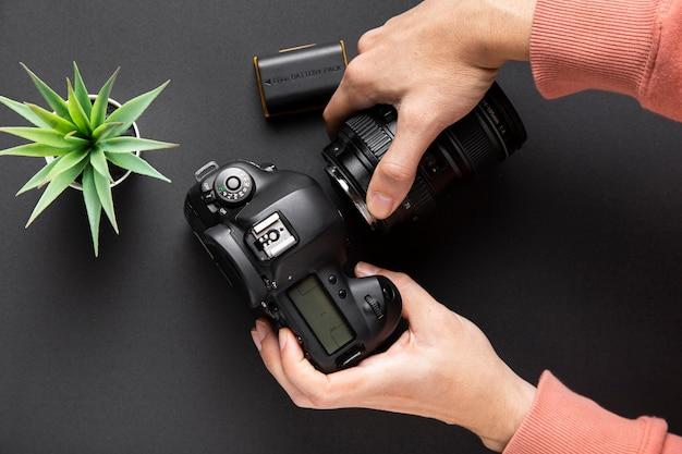 Odgórny widok kamery pojęcie z czarnym tłem Darmowe Zdjęcia