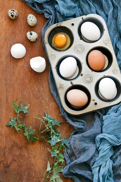 Odgórny widok kolorowi wielkanocni jajka, przepiórek jajka i kici wierzby. Premium Zdjęcia